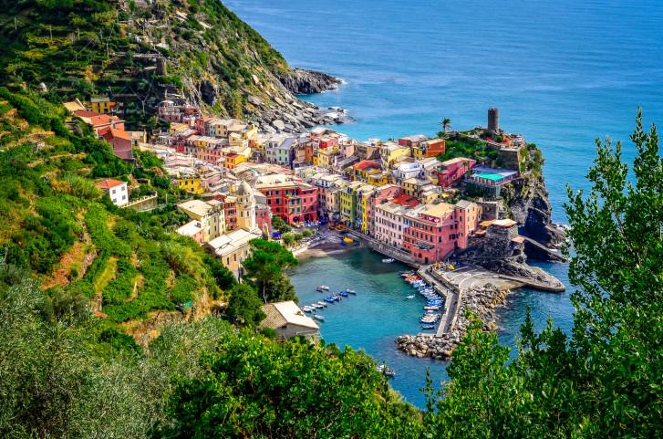 Vista panoramica della colorata e pittoresca Vernazza, una delle Cinque Terre