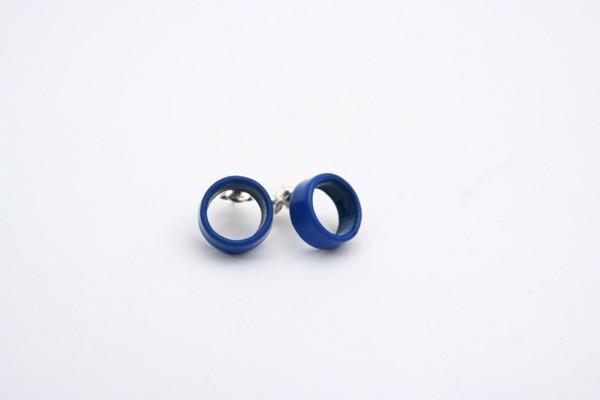 Orecchini cerchio vuoto disponibili in azzurro, rosso e arancio. Prezzo: 35 euro
