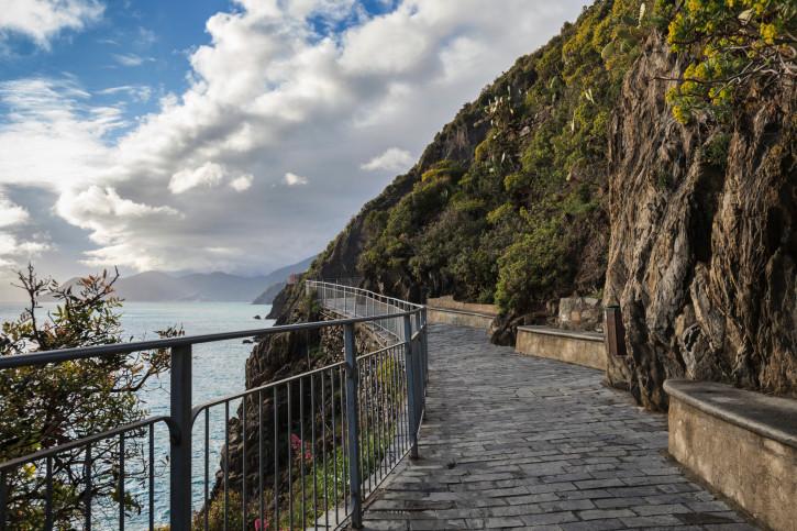La Via dell'Amore è una strada pedonale a picco sul mare che, con un percorso di poco più di un chilometro, congiunge i borghi di Riomaggiore e Manarola