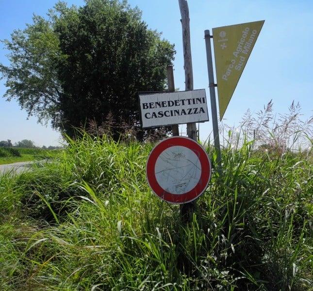 Tra una curva e l'altra in una strada di campagna si arriva all'indicazione per il monastero, in località Cascinazza