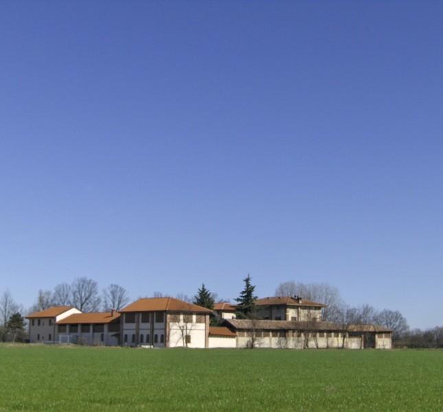 Il monastero si trova a circa 15 km da Milano, tra campi e canali d'acqua