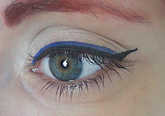 Applicate l'eyeliner colorato sopra la linea precedentemente disegnata