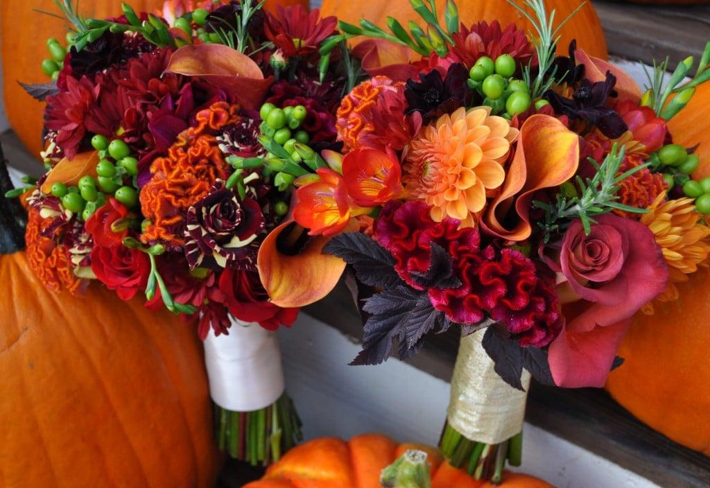 due bouquet sposa dai colori rosso e arancio
