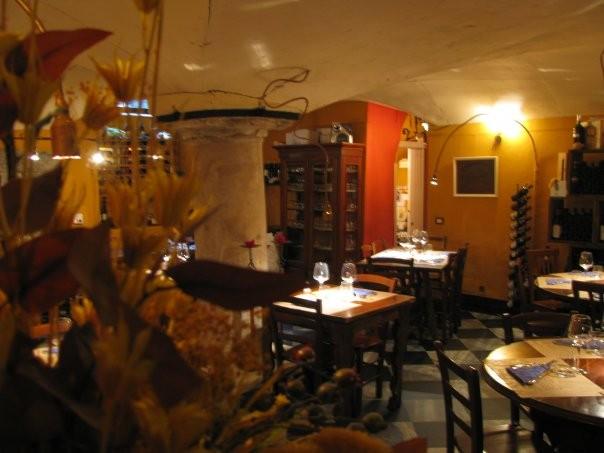 Si tratta di un locale storico genovese dall'atmosfera intima, raccolta ed elegante