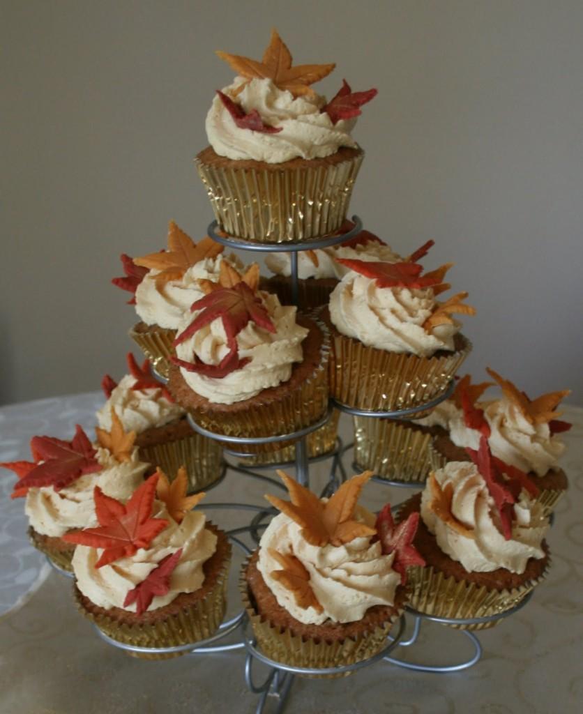 deliziosi cupcake decorati con dolci foglie autunnali