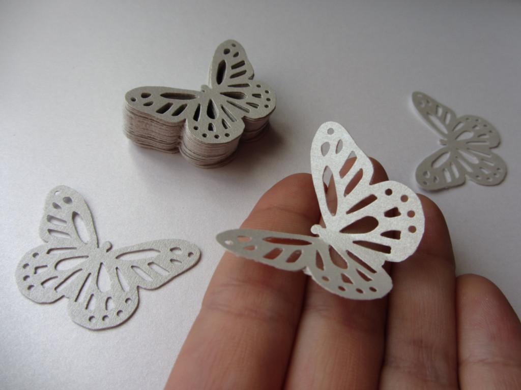 farfalle di carta come addobbi per nozze in giardino