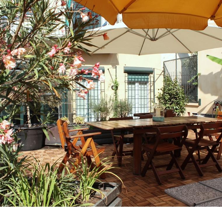 La colazione con prodotti biologici è servita in veranda o nel giardino pensile.