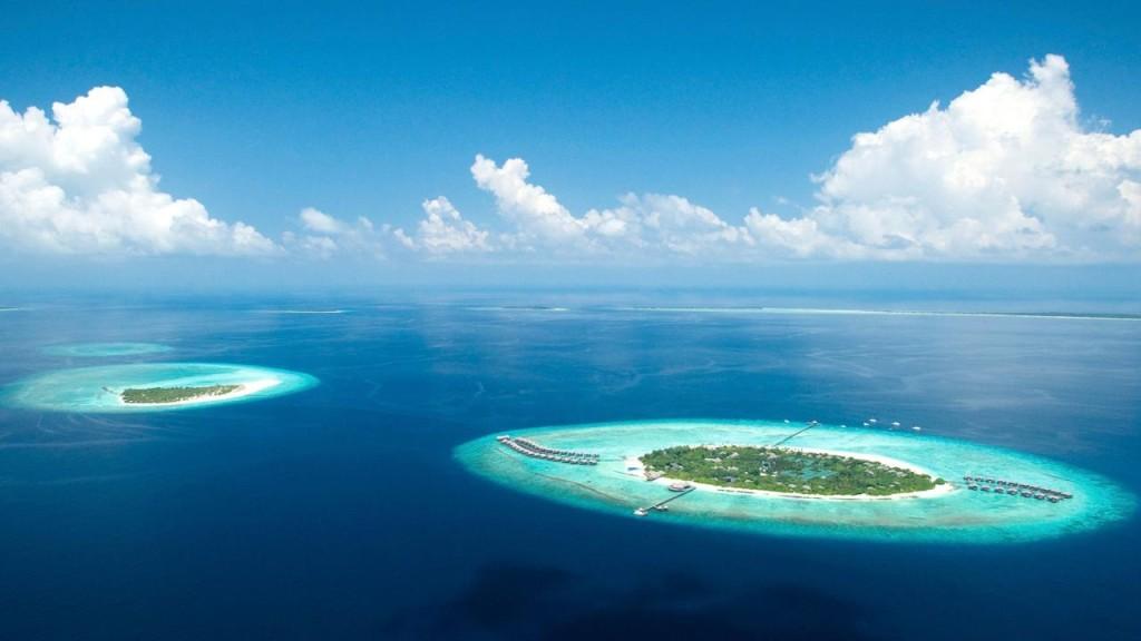 Atolli sparsi sull'oceano Indiano, anche la vista dall'aereo è mozzafiato
