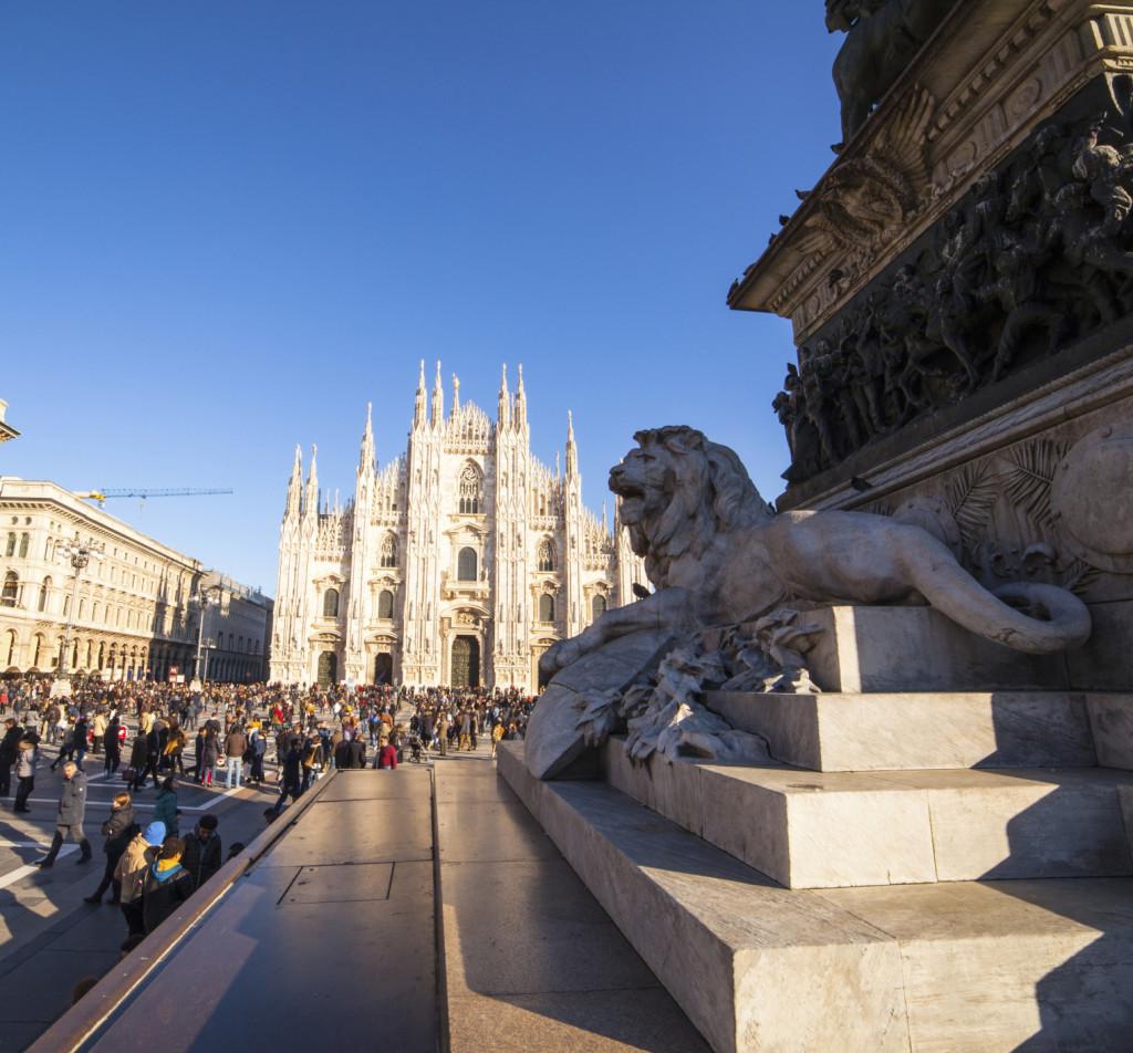 Uno scorcio del Duomo di Milano, dando le spalle a Via Dante