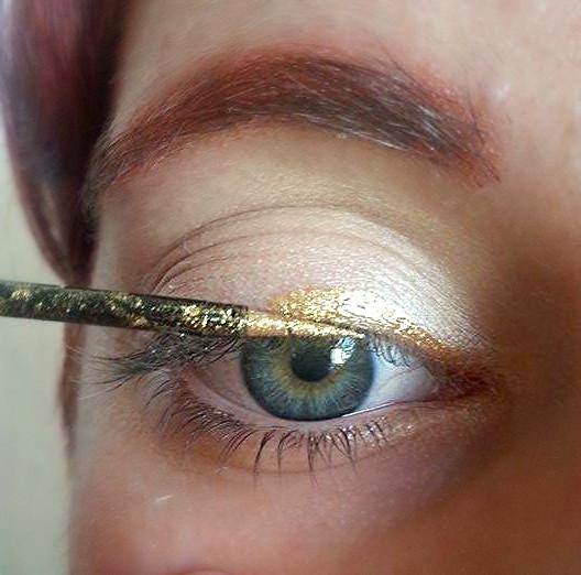 Applicazione dell'eyeliner oro