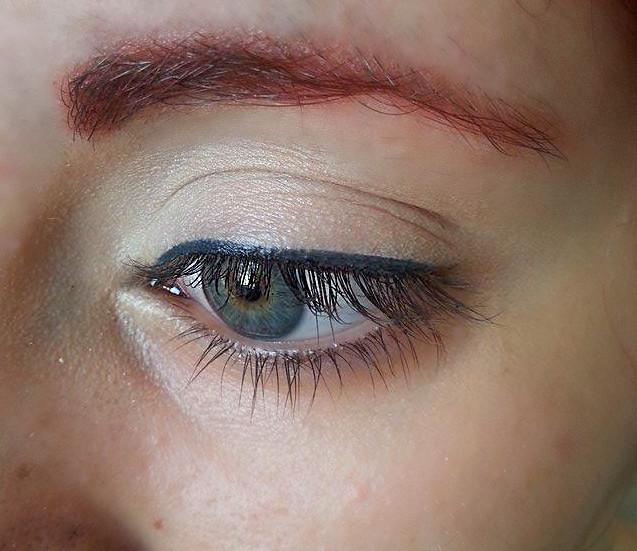 Tracciate una linea sottile dall'angolo interno dell'occhio all'angolo esterno