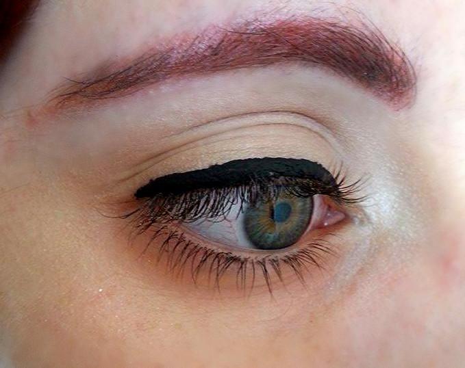 Dal centro della palpebra, disegnate piccoli trattini raggiungendo l'angolo esterno dell'occhio