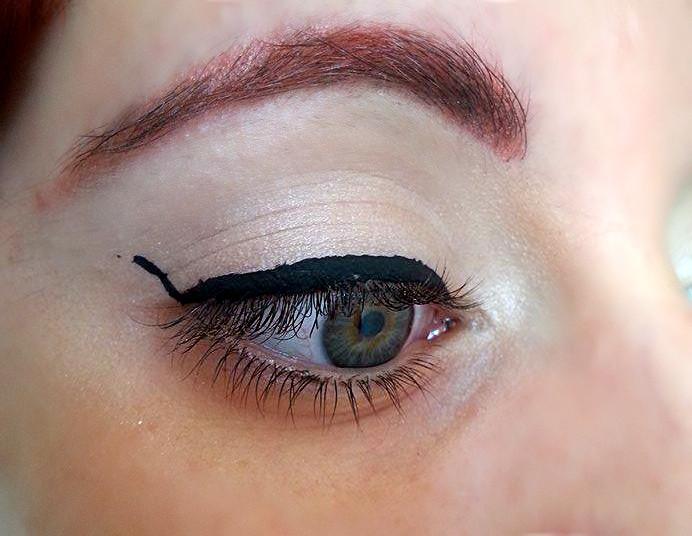 Seguendo una linea immaginaria che unisce l'angolo esterno del'occhio e la fine della sopracciglia, disegnate la coda o il baffo dell'eyeliner