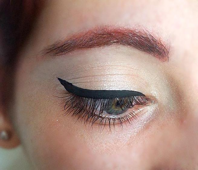 Risultato finale dell'applicazione dell'eyeliner liquido