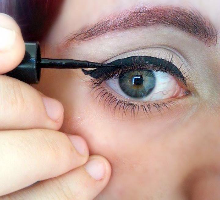 Unite la base della coda con l'angolo esterno dell'occhio