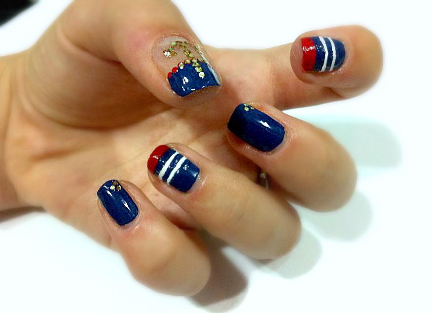 Smalto blu mare, rosso acceso e un bianco splendente! Ecco la nail art navy