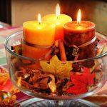 foglie secche e candele come centrotavola