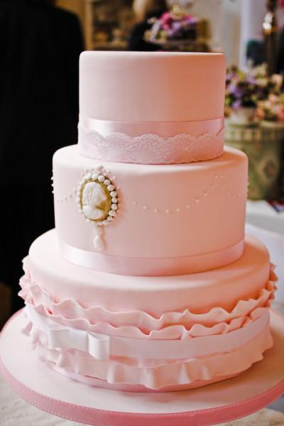Perché non dare un tocco shabby chic al tuo matrimonio? L'ideale è una torta rosa tenue, tone sur tone, molto raffinata, con cameo per evocare atmosfere retro. La copertura e le decorazioni arricciate sono in pasta di zucchero.