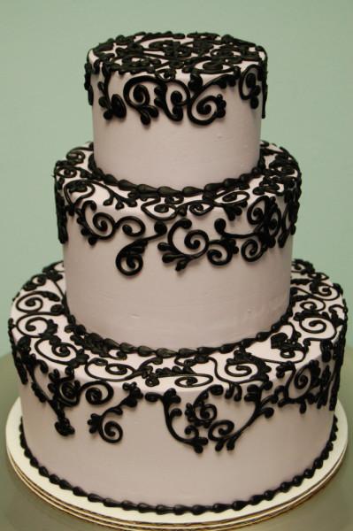 La torta di pasta di zucchero a tre piani color rosa tenue si