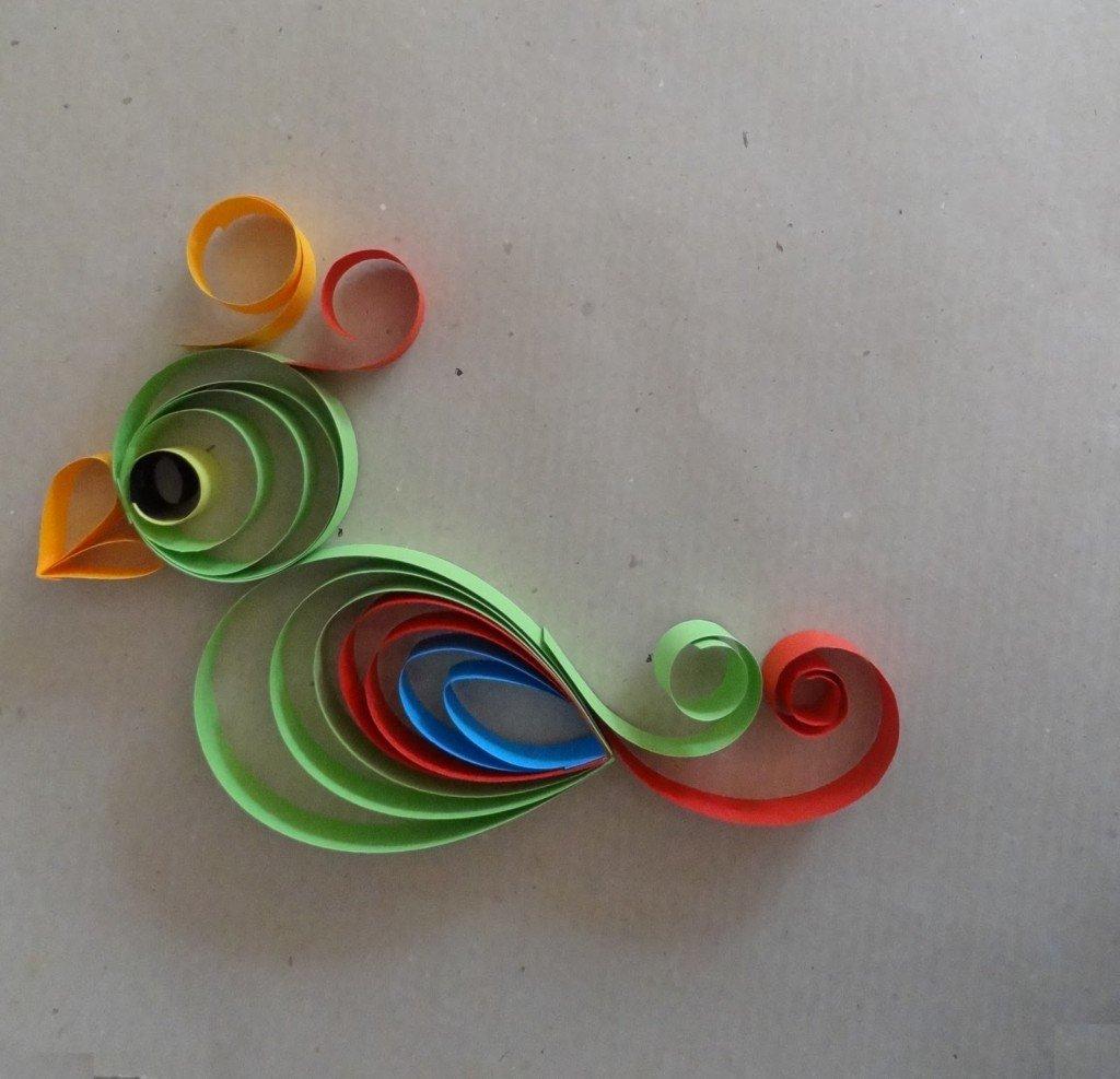 uccellino colorato di carta come addobbi per nozze in giardino