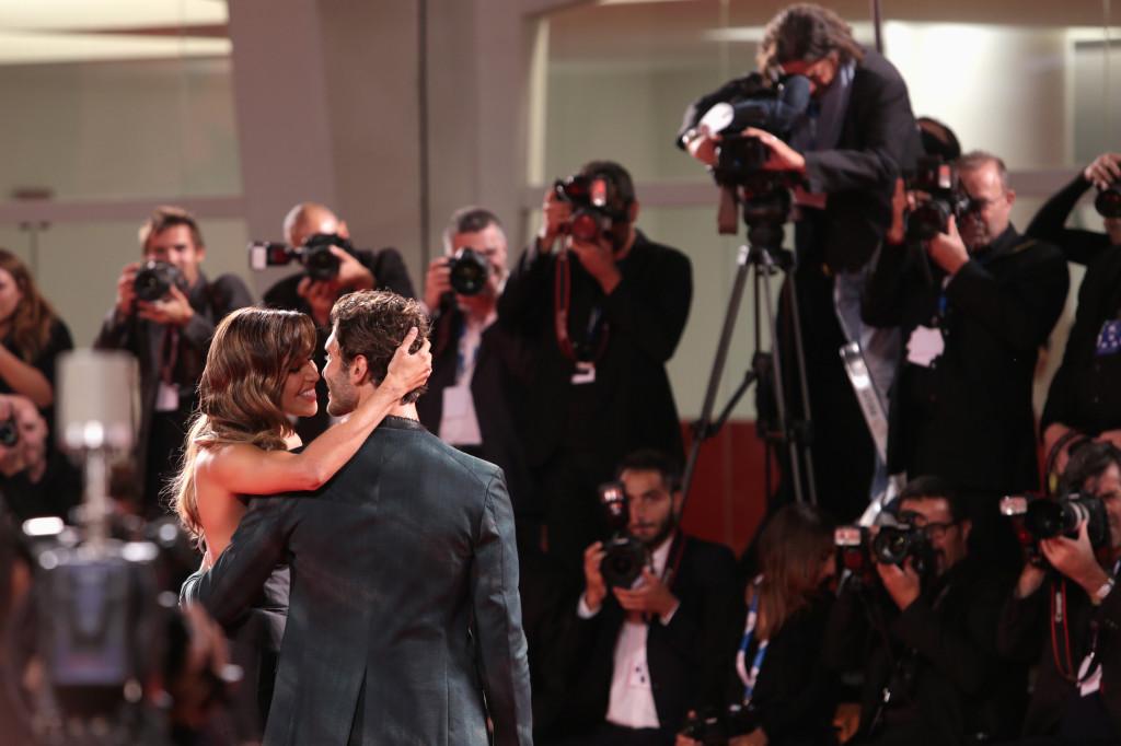 Baci appassionati e carezze sul red carpet fra Belen Rodriguez e il marito Stefano De Martino