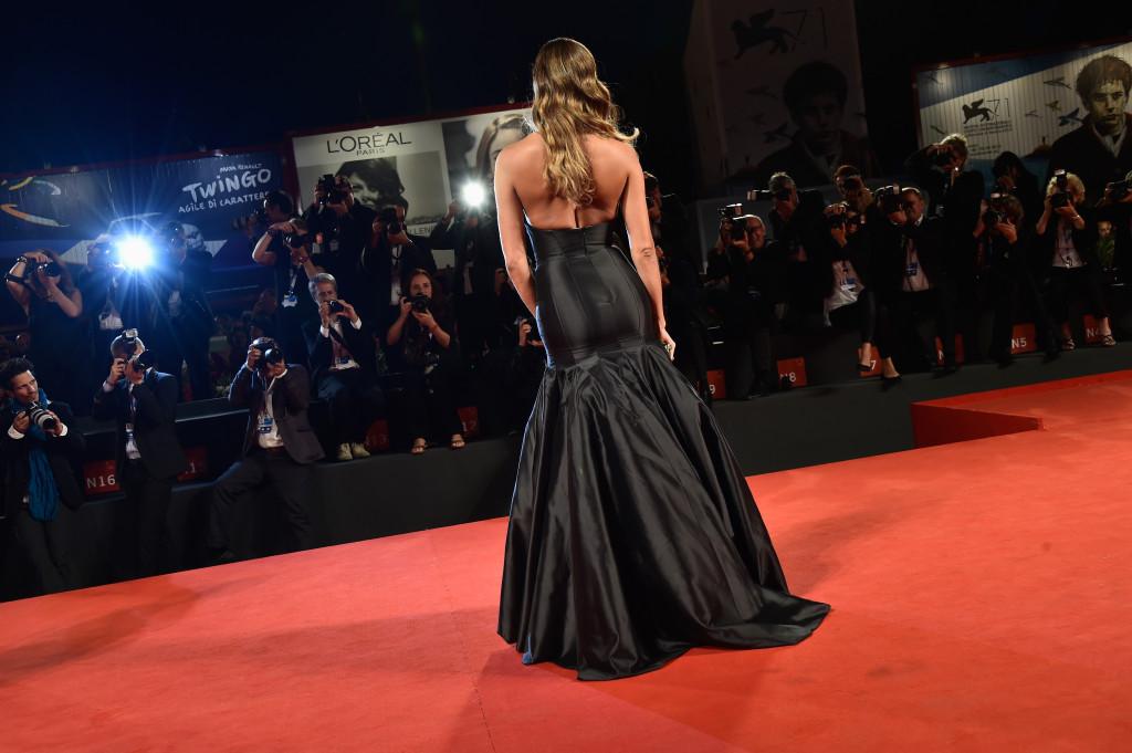 Belen Rodriguez ha sfoggiato sul tappeto rosso un abito fasciato, nero lucido, molto elegante