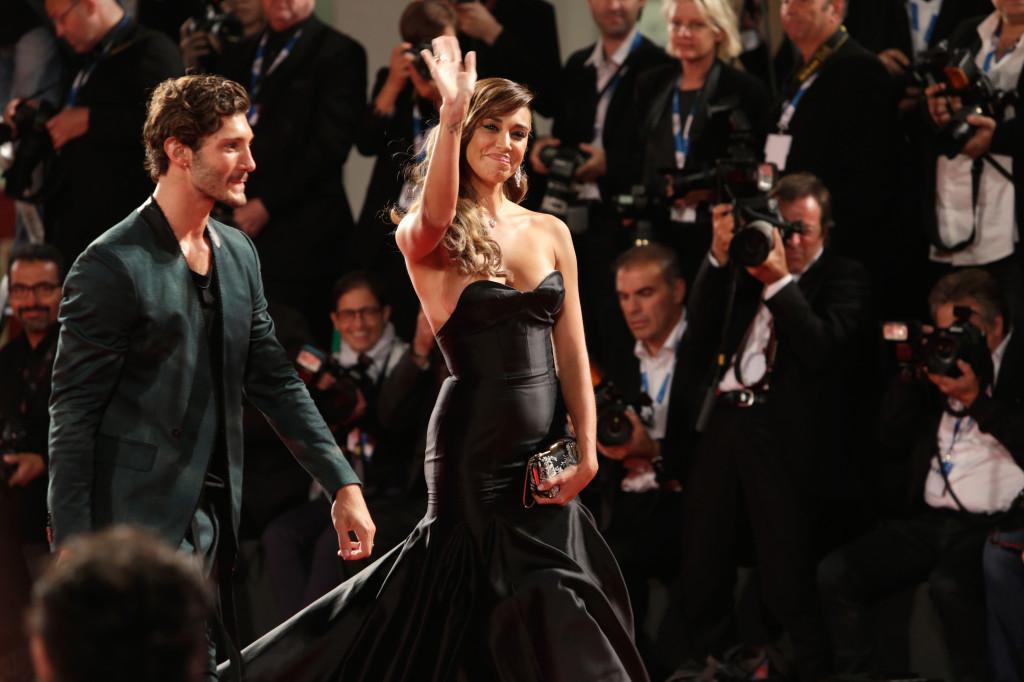 Look da Dolce Vita per Belen Rodriguez con abito a sirena nera e morbide onde sul capelli