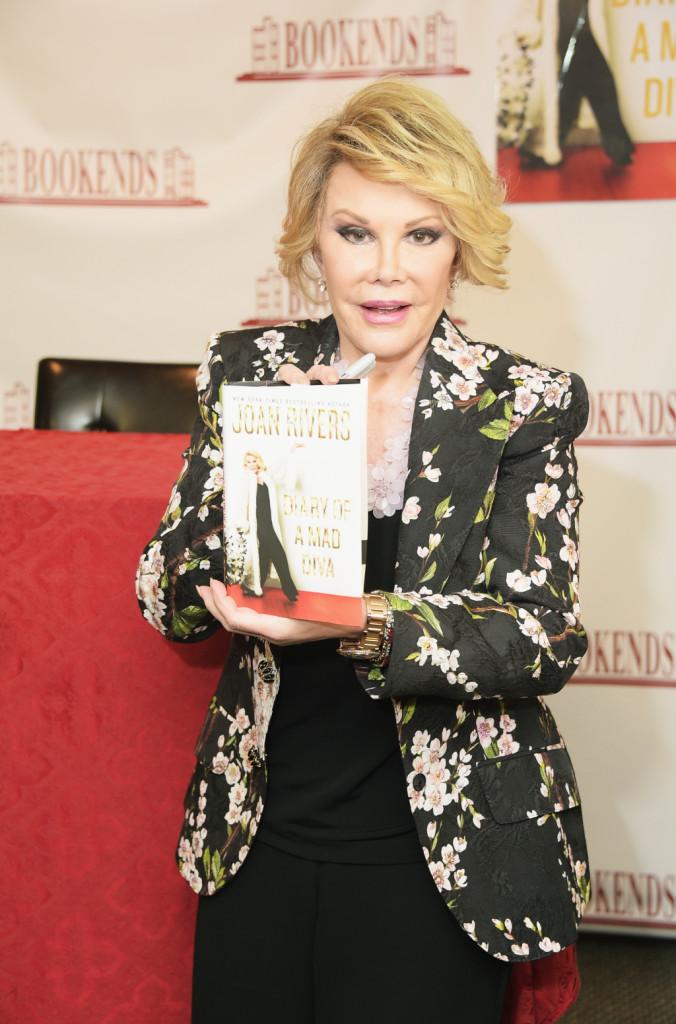 La star in posa con il suo ultimo libro