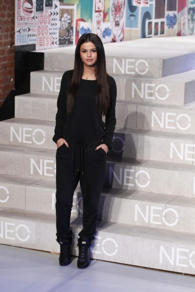 La cantante e attrice Selena Gomez protagonista della sfilata adidas NEO Label