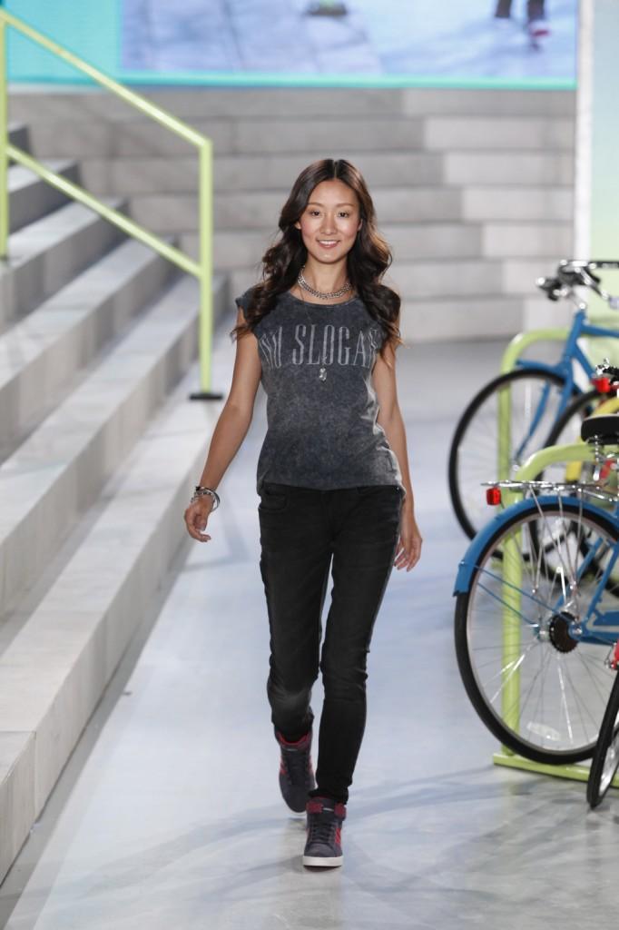 La primavera-estate 2015 di adidas NEO Label è all'insegna della comodità: t-shirt e jeans