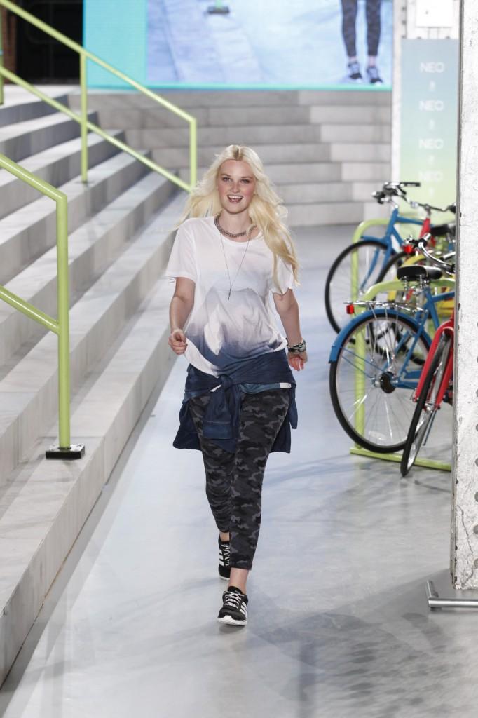 T-shirt stampata, pantaloni camouflage e giacca di jeans in vita: è la primavera-estate 2015 di Adidas