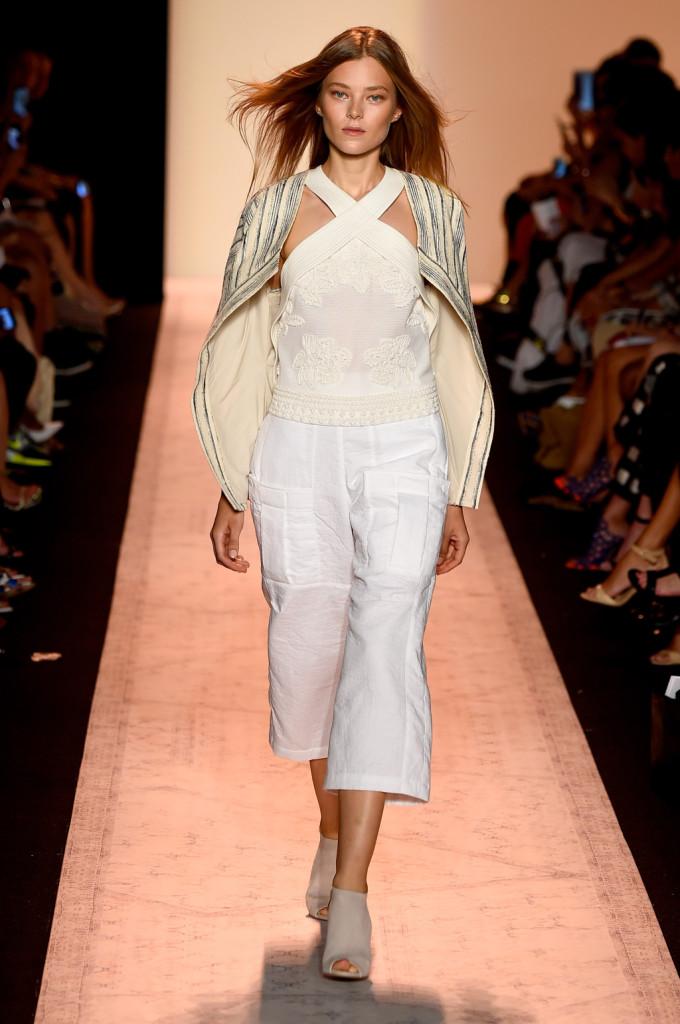Più che una giacca, una mantellina / sfilata BCBGMAXAZRIA ss 2015