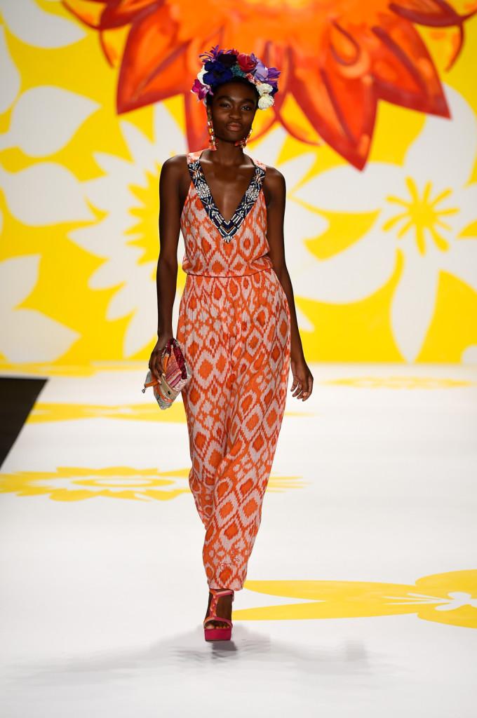Un arancio caldo e travolgente: il long dress che non può mancare nel guardaroba estivo