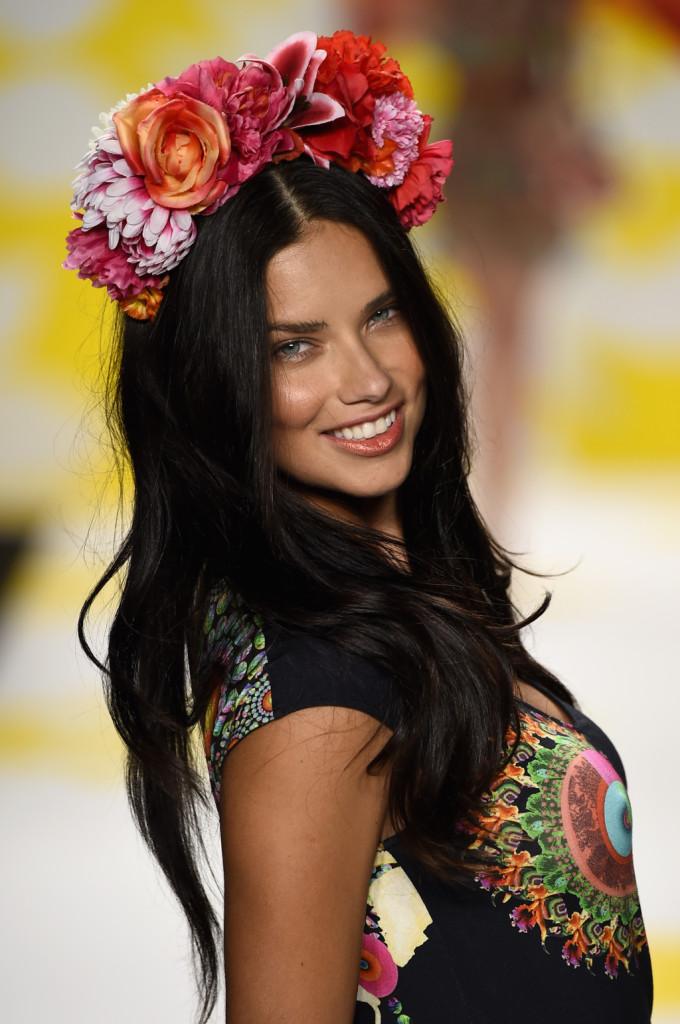 Sensualità e carisma: la bellezza di Adriana Lima domina il catwalk