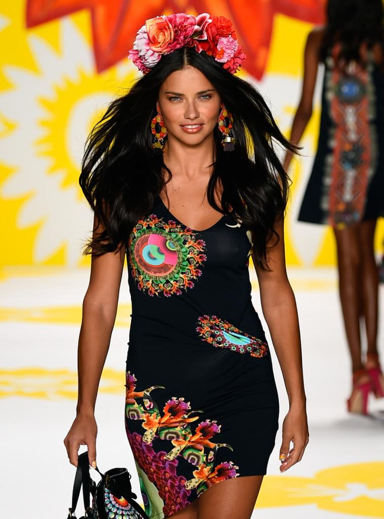 Adriana Lima: una dea con la sua corona di fiori tra i capelli