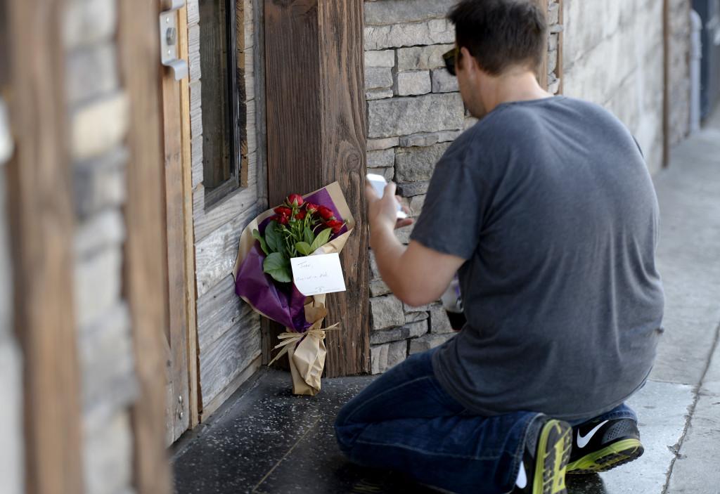 Los Angeles: un fan lascia dei fiori in memoria di Joan Rivers