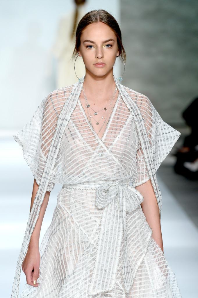 Strato su strato su strato: il vestito bianco è un incrocio di tessuti / Zimmermann ss 2015