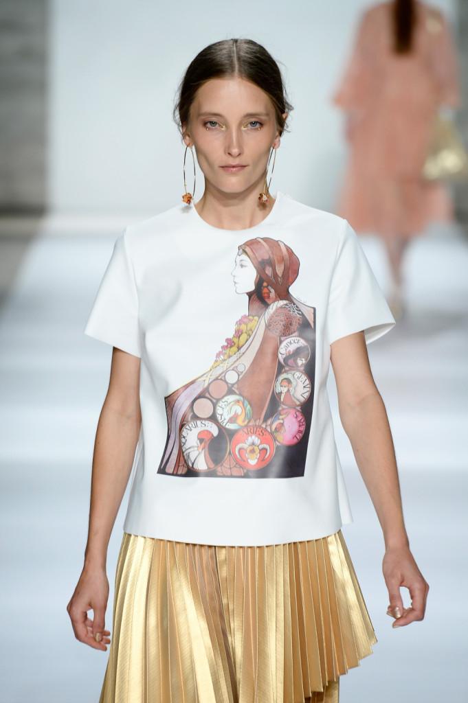 T-shirt con grafica tarocco e gonna oro a pieghe / ZImmermann ss 2015
