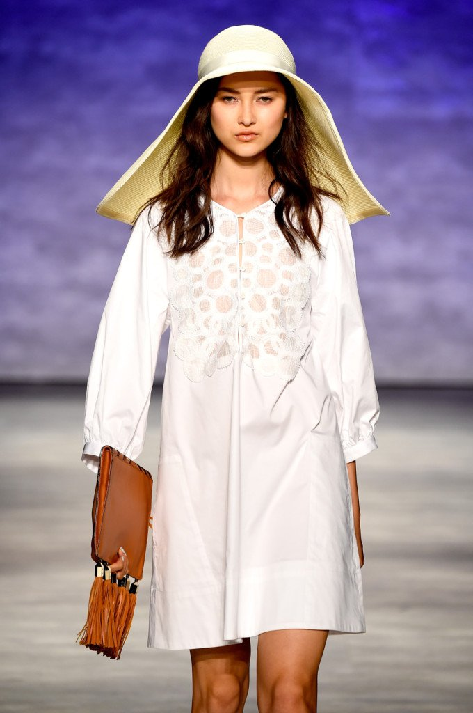 Tunica bianca, borsa e cappello: semplice ma cool