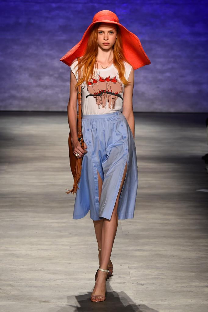 Gonna al ginocchio, t-shirt con stampa e cappello: urban gipsy
