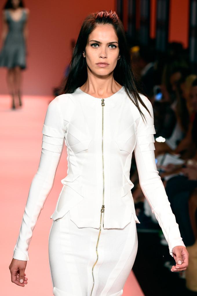 Bianco, maniche lunghe e zip: il bandage dress è quasi una seconda pelle / Herve Leger ss 2015