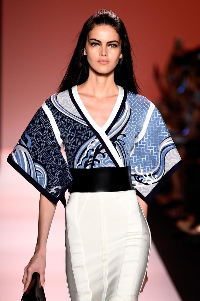 Scollo a V per il vestito-kimono Herve Leger con stampa sui toni di blu e azzurro nella parte superiore / Herve Leger ss 2015