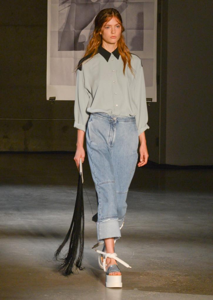 Jeans loose, camicetta pastello con colletto in contrasto, borsa con frange / MM6 Maison Martin Margiela ss 2015