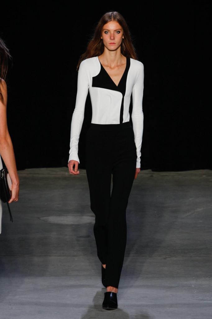 Pantaloni neri e maglia bianca con inserti neri / Narciso Rodriguez ss 2015
