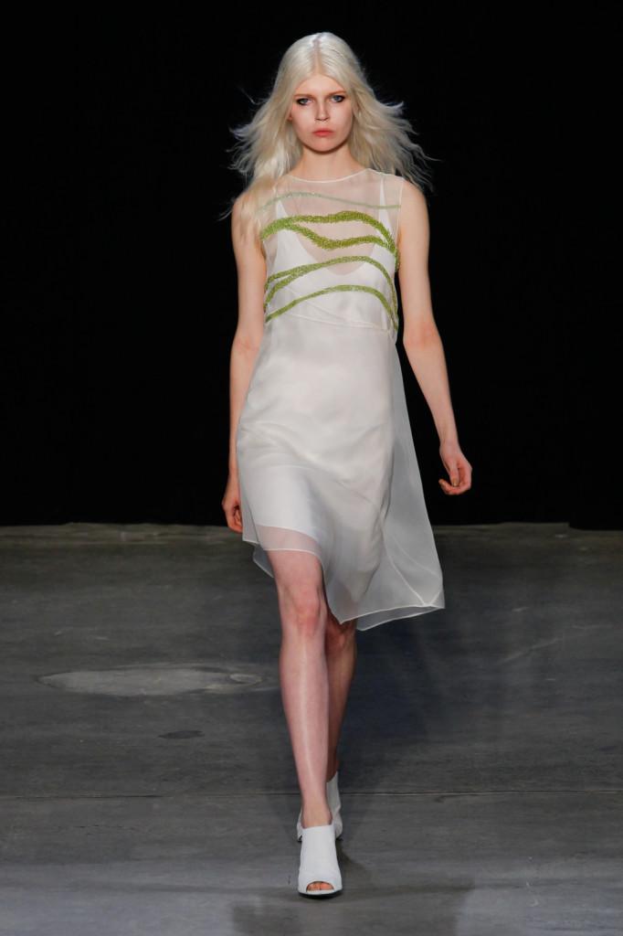 Abito bianco con veli trasparenti e strass verdi / Narciso Rodriguez ss 2015