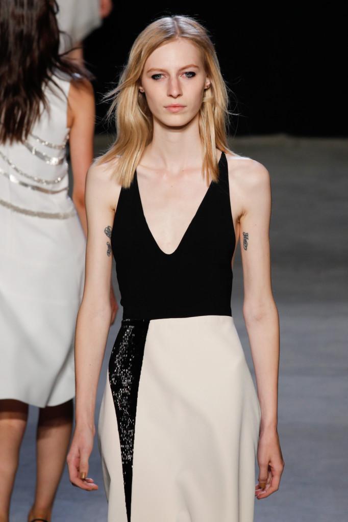 Dettaglio - abito black and white con scollo profondo / Narciso Rodriguez ss 2015