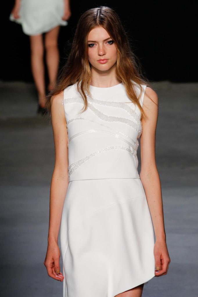 Pura semplicità total white per l'abito corto con inserti glass / Narciso Rodriguez ss 2015