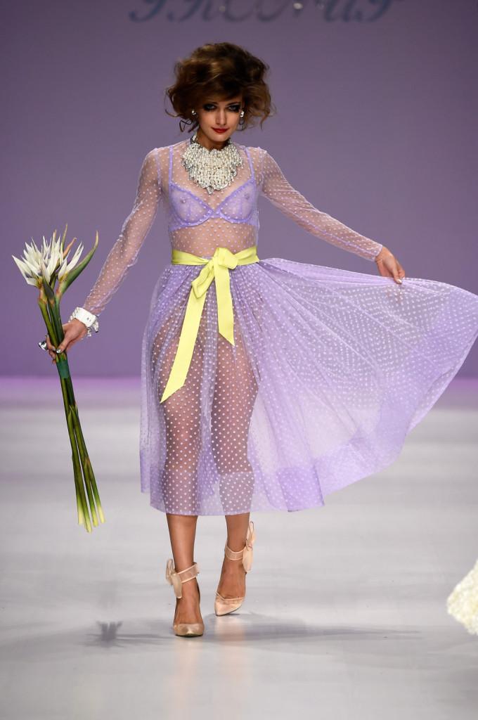 Abito in tulle lilla con fiocco giallo in vita e che lascia intravedere una sexy lingerie / Betsey Johnson ss 2015