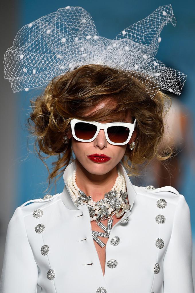 Giacca bianca tempestata di lustrini, con occhiali da sole e retina in testa / Betsey Johnson ss 2015