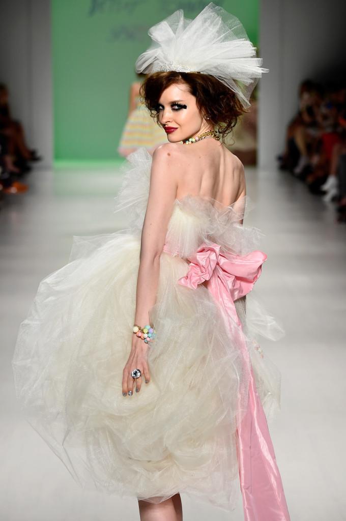 Vaporoso abito da sposa in tulle, con copricapo e fiocco rosa sulla schiena / Betsey Johnson ss 2015